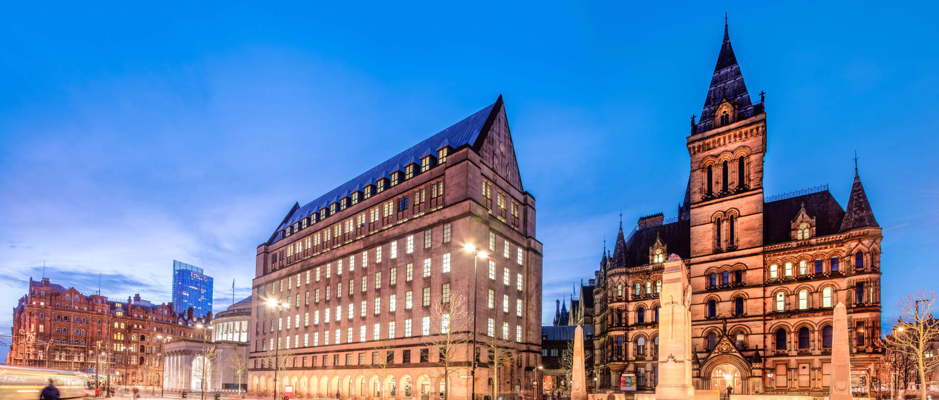 The town hall building in Manchester near PREMIER SUITES Manchester